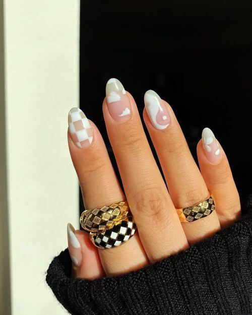 Uñas blancas con adornos