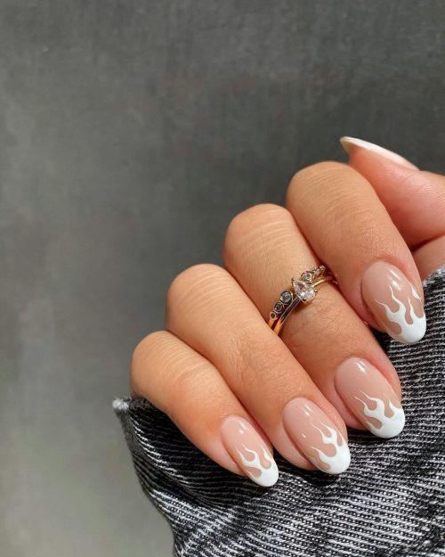 Uñas blancas con llamas