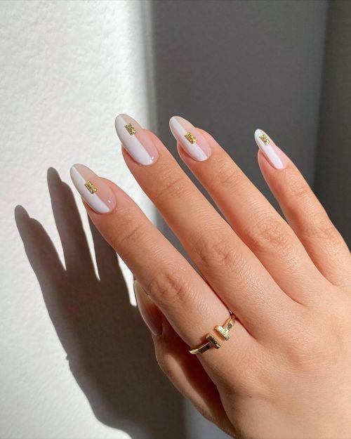 Uñas blancas con dorado y transparencias