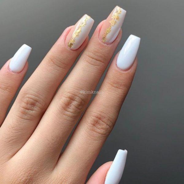 Uñas blancas con adornos y dibujos