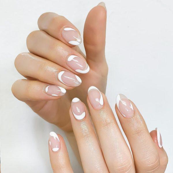 Uñas cortas ovaladas con blanco