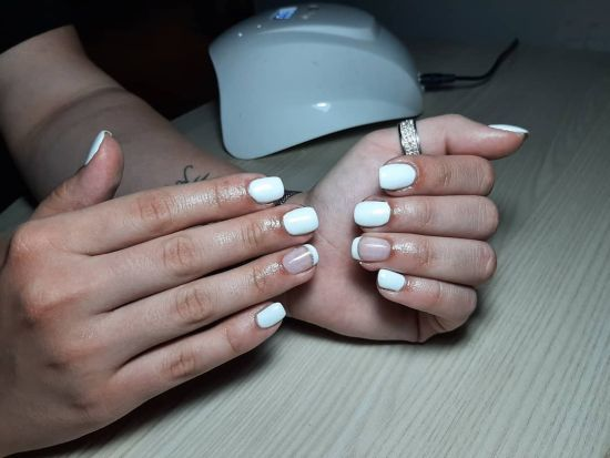 Uñas cortas blancas con media luna