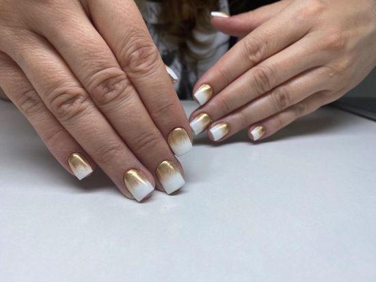 Uñas cortas blancas con base dorada
