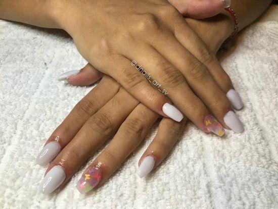 Uñas blancas con pintas de color