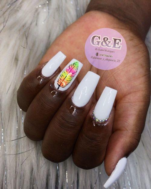 Uñas blancas lisas con hoja de colores