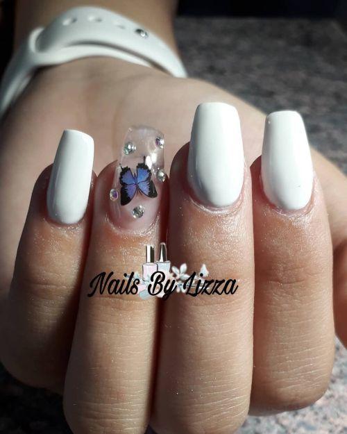 Uñas blancas con mariposa