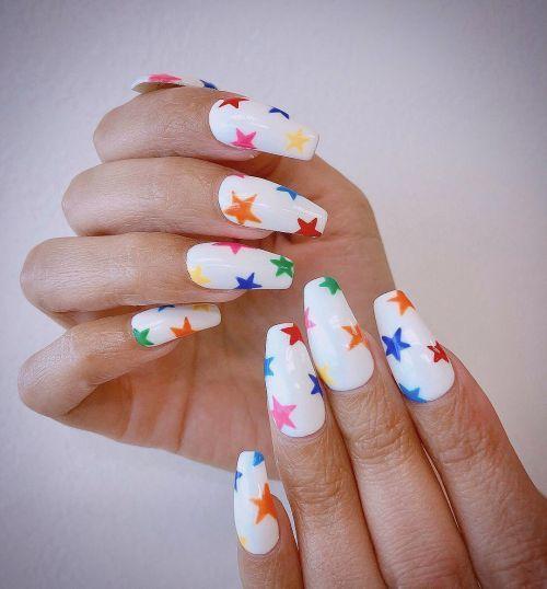 Uñas blancas con estrellas de color