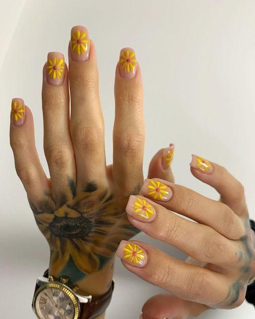 Uñas transparentes con flores amarillas