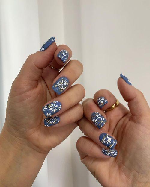 Uñas azules flores blancas