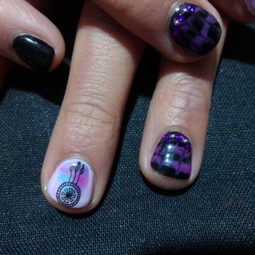 Uñas de gel ballerinas moradas con negro y blanca con dibujo