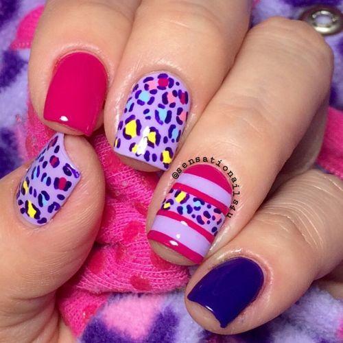 Uñas con estampado animal rosa y azul