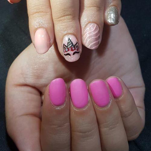 Uñas de gel rosas con unicornio
