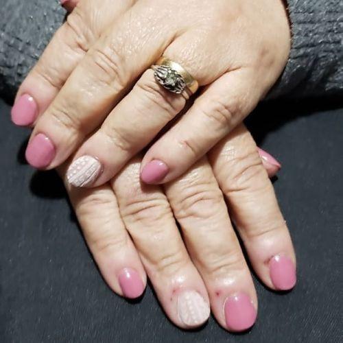Uñas de gel rosas con blanca dibujo