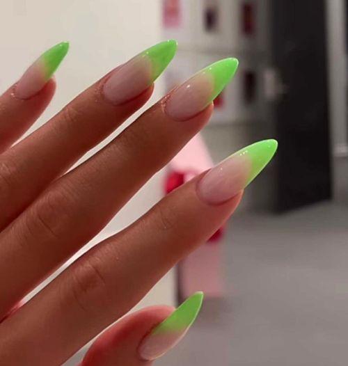 Uñas con bordes en verde