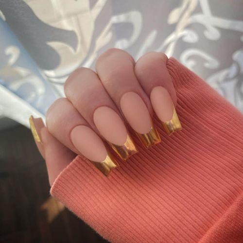 Uñas bordes dorados