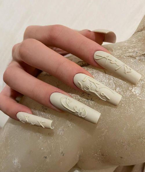 Uñas de porcelana blanca con decoraciones