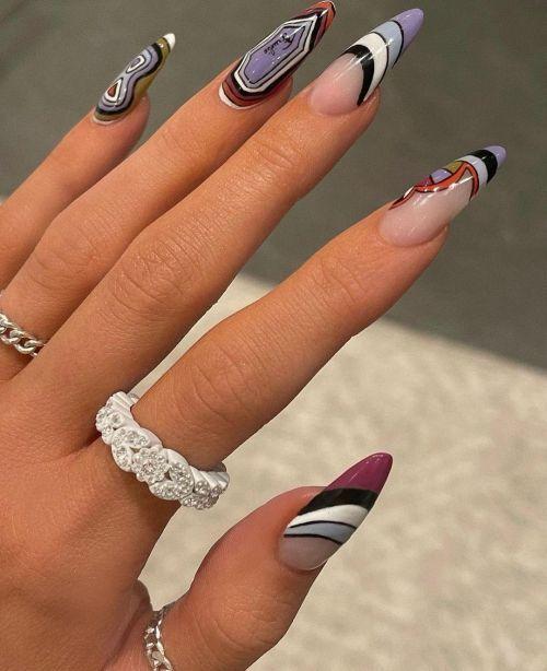 Uñas de porcelana nails art con símbolos lilas