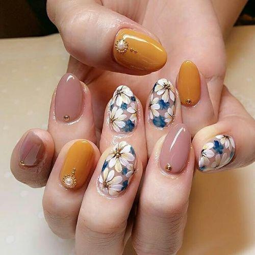 Uñas con flores, piedras y apliques