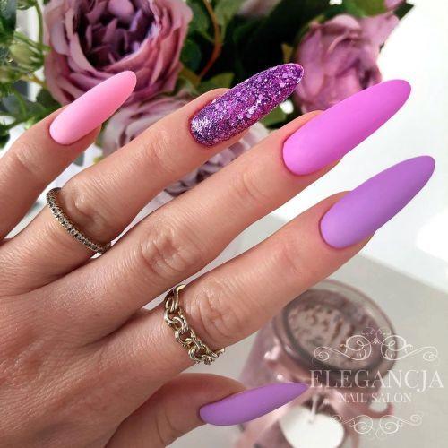 Uñas violetas con brillo