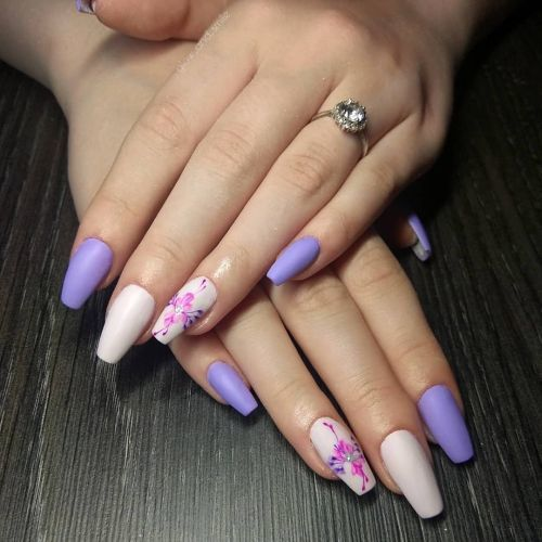 Uñas violetas con flor