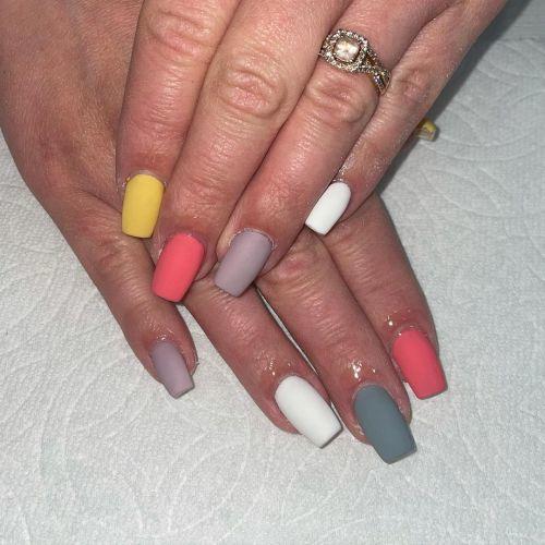 Uñas de colores mates