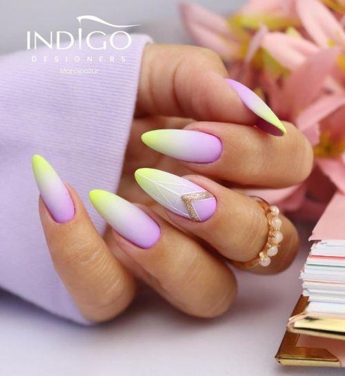 Líneas doradas en uñas amarillo y lila