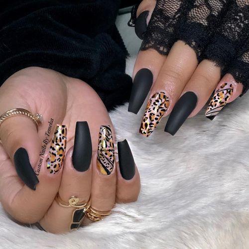 Uñas negras con animal print