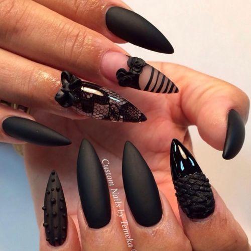 Uñas negras mate con elementos decorativos