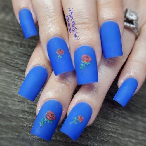 Uñas azules con flor rosa