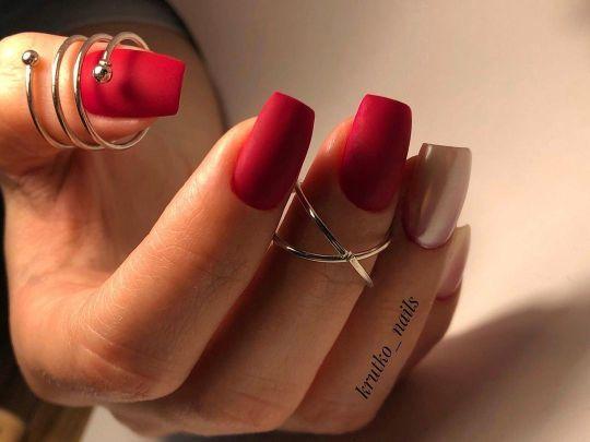 Uñas rojo intenso