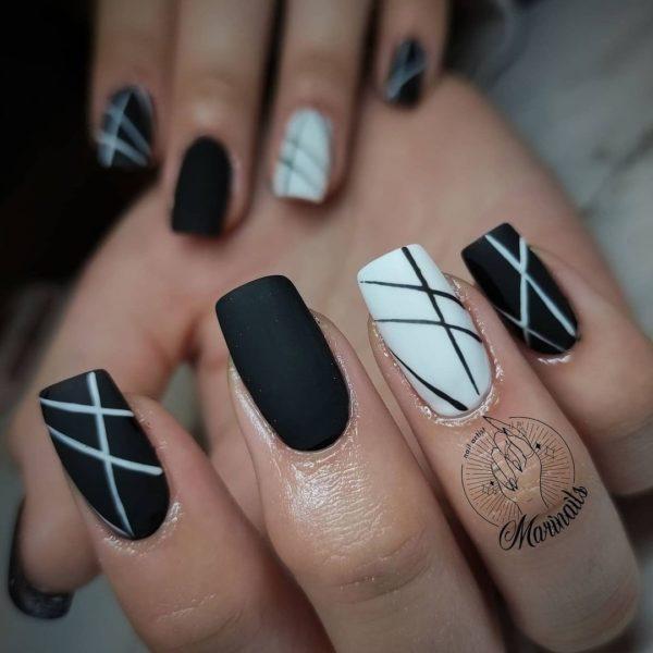 Uñas blancas y negras mate con rayas