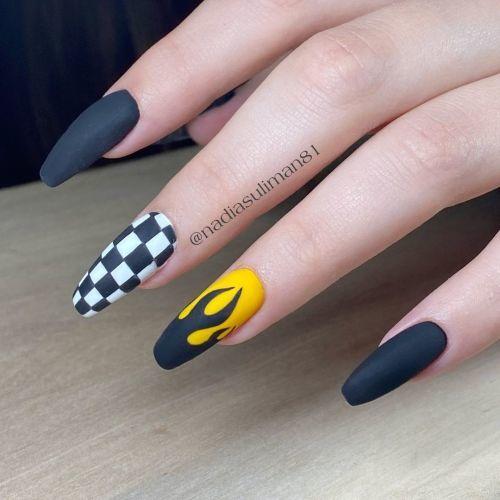 Uñas blancas y negras de cuadros y llama con amarillo