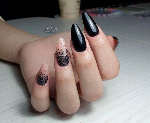 Uñas negras con uñas salpicadas de negro