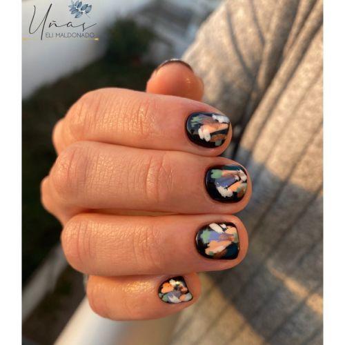 Uñas negras salpicadas de color