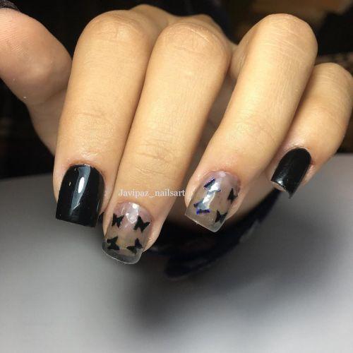 Uñas corte recto negras con transparentes y mariposas negras