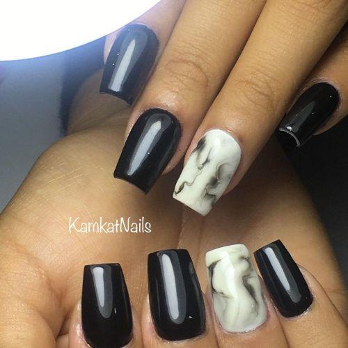Uñas negras y mármol