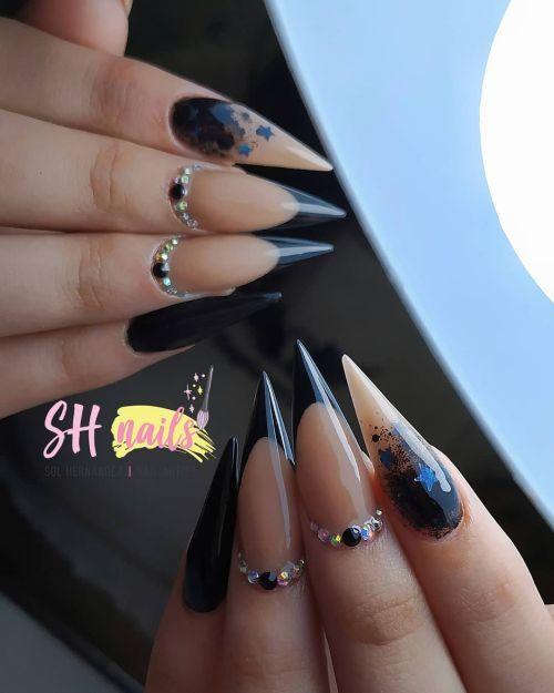 Uñas largas en punta con diseños negros