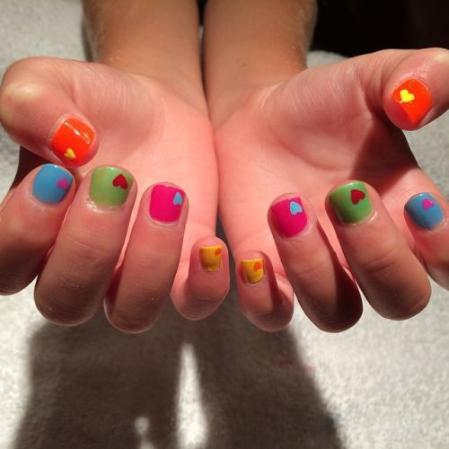 Uñas de colores corazones