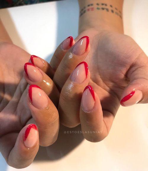 Uñas rojas con bordes de luna