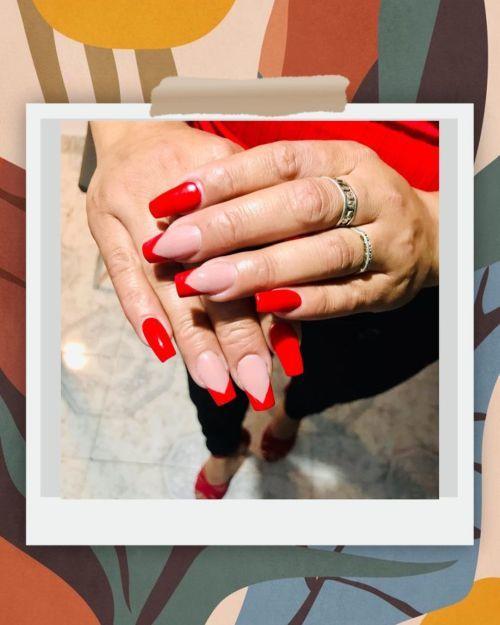 Uñas rojas y al natural con bordes rojos