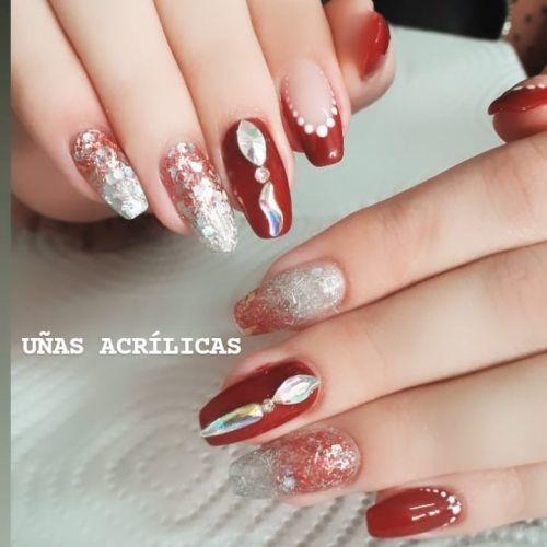 Uñas rojas con plata y piedras