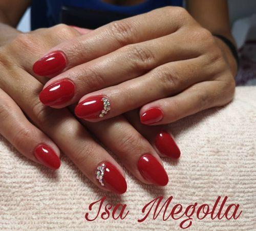 Uñas rojas con adornos de piedras