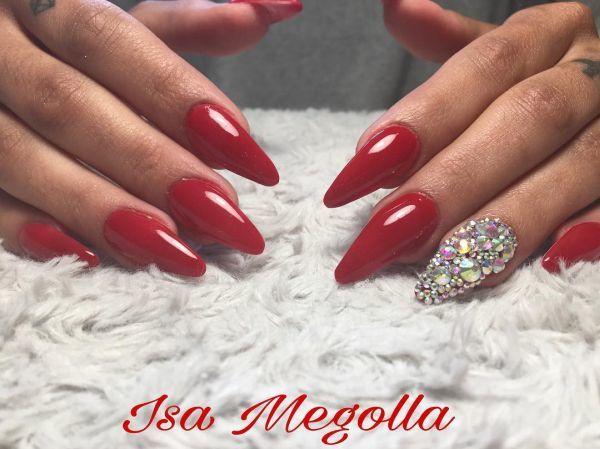 Uñas rojas de punta con perlas