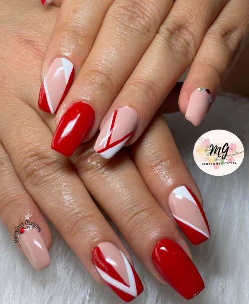Uñas rojas con tono carne y líneas