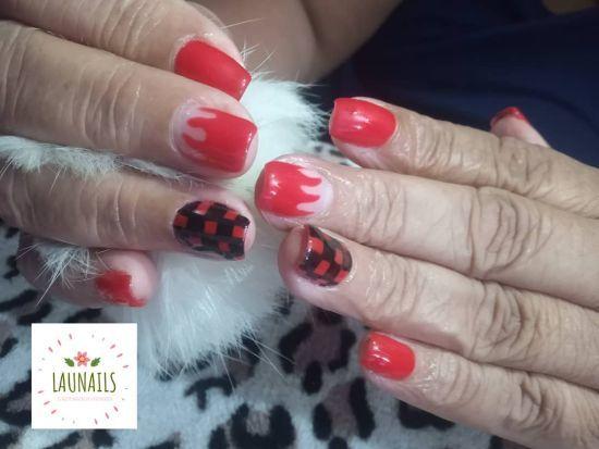 Uñas rojas con cuadros negros