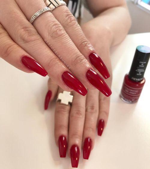 Uñas rojas en forma ovaladas