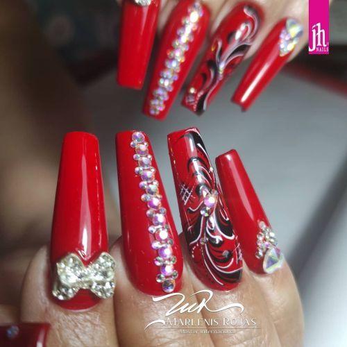 Uñas rojas largas con dibujo y perlas