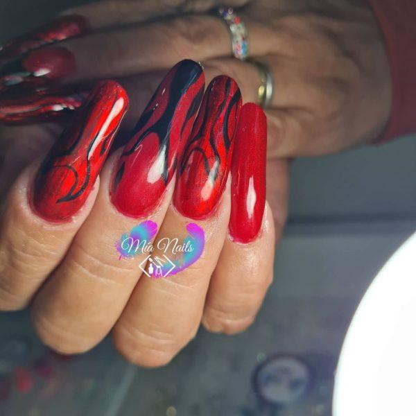 Uñas muy largas rojas