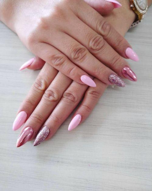 Brillantina y varios tonos de uñas rosas