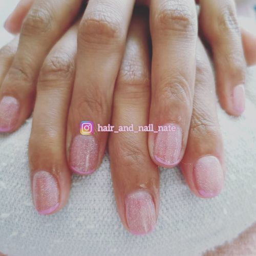 Uñas rosa claro con mucho brillo